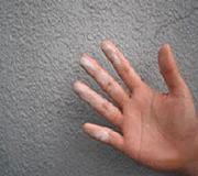 まずは外壁を触って自己診断